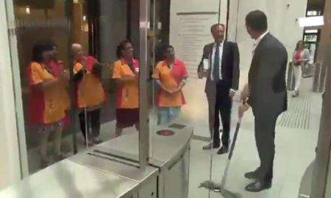 نیدرلینڈز کے وزیراعظم سے کافی کا مگ فرش پر گرا تو خود ہی پوچا مارنے ..