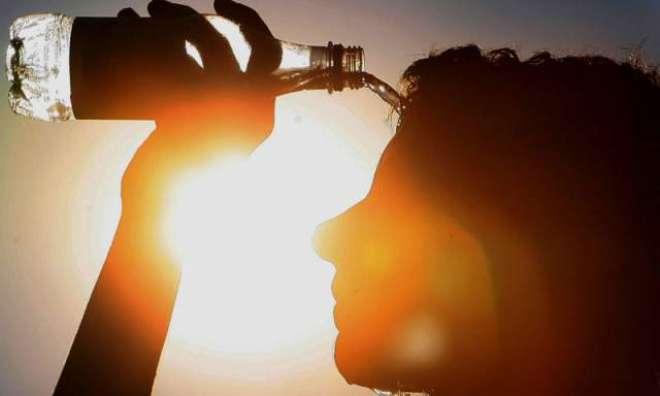 کراچی میں ہیٹ اسٹروک، ہوا میں نمی چار فیصد رہ گئی
