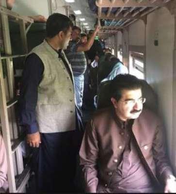 چئیرمین سینیٹ نے ٹرین میں سفر کر کے ملک کے بڑے سیاستدانوں کے لیے مثال ..