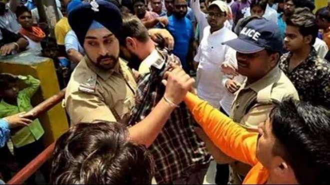 بھارت؛مسلم نوجوان کی جان بچانے والے سکھ پولیس افسر کو جان سے مارنے ..