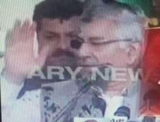 وزیر خارجہ خواجہ آصف پر سیالکوٹ میں حملہ، چہرے پر سیاہی پھینک دی گئی