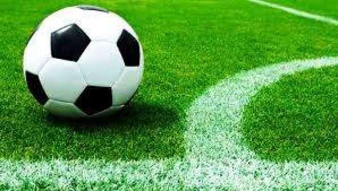 لندن ، فٹ بال میچ میں کھلاڑیوں نے ریفری کو حریف بنا لیا