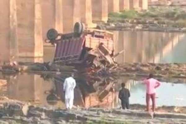 بھارت میں باراتیوں سے بھرا ٹرک پل سے گرگیا، 21 افراد ہلاک، متعدد زخمی،بیشترکی ..