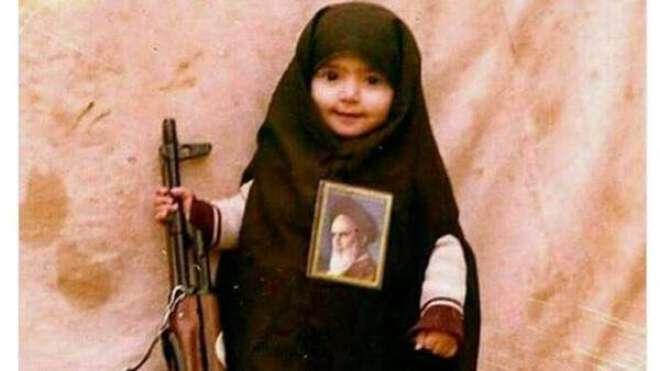 مسلح بچی اور خمینی کی تصویرزیر گردش ، ایرانیوں نے اپنا دشمن پہچان لیا