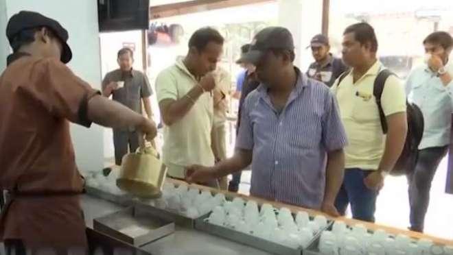 چائے بیچ کر  12لاکھ روپے ماہانہ کمانے والا شخص