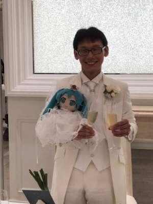 حقیقی عورتوں پر اعتبار نہ کرنے والے جاپانی شخص نے  ورچوئل پاپ اسٹار ..