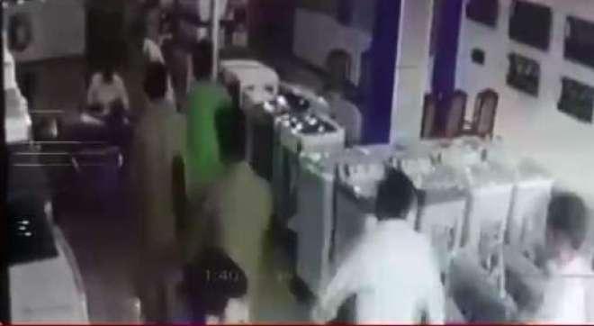 بھائی کو موبائل کیوں نہیں دیا، ن لیگ کا مقامی رہنما غنڈہ گردی پر اتر ..