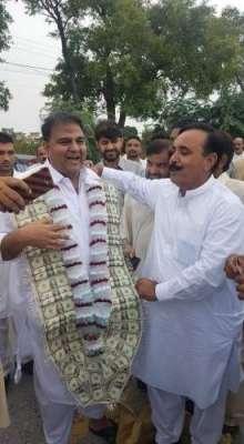 نئے پاکستان کے وزیر کا پرانے انداز میں استقبال