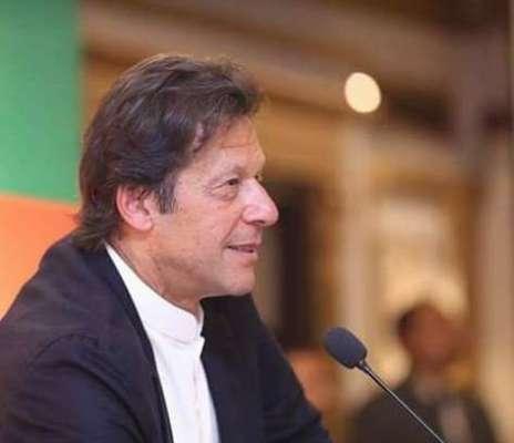 چیئرمین پی ٹی آئی عمران خان کی گاڑی پرایک شخص نے جوتا پھینک دیا