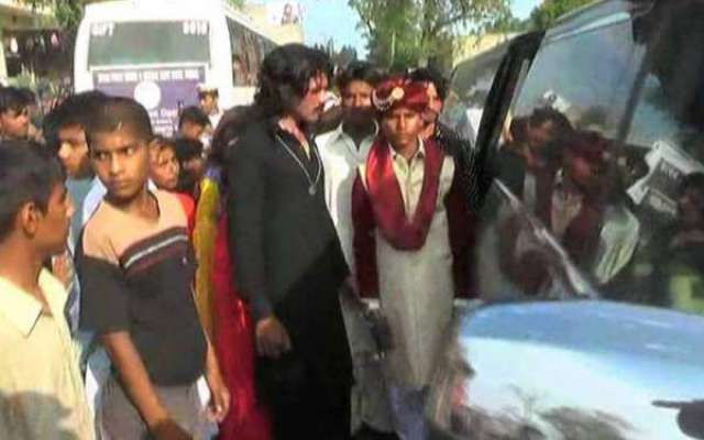 گجرات میں خانہ بدوش شخص نے بیٹے کی خواہش پوری کر دی