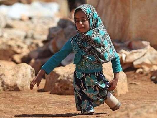 شام کے پناہ گزین باپ نے اپنی معذور بیٹی کیلیے مصنوعی ٹانگیں تیار کرلیں