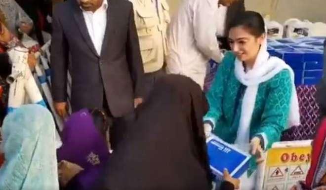 آصفہ بھٹو کی لوگوں میں افطاری بانٹنے کی ویڈیو سوشل میڈیا پر وائرل ہو ..