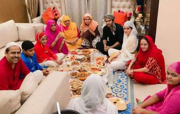 ہندو مذہب چھوڑ کر مسلمان ہونے والی بھارتی اداکارہ کی افطاری کرتے ہوئے ..