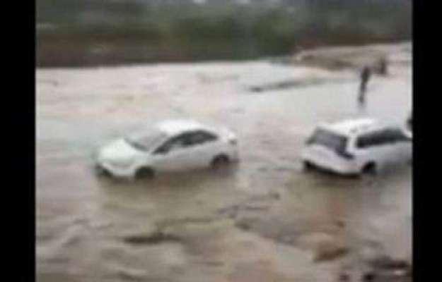 سعودی عرب ، طائف میں سیلابی ریلے میں گاڑیاں بہہ گئیں