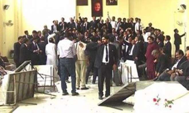 فیصل آباد میں ڈسٹرکٹ بار کے وکلاءکا دہشت گردی کا مقدمہ درج کرنے کے خلاف ..