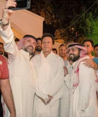 سعودی عرب میں عمران خان کو دیکھتے ہی لوگوں کا ہجوم اکھٹا ہو گیا