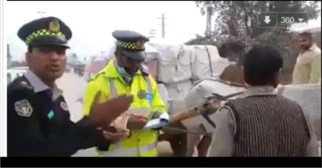 خیبر پختونخوا ٹریفک پولیس نے گدھا گاڑی پر سامان لے جانے والے شخص کا ..