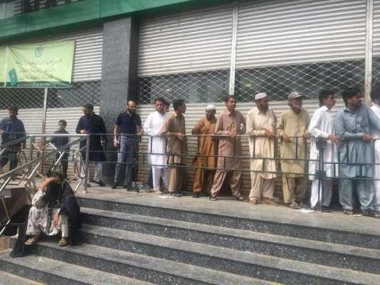 عام انتخابات ، بڑی تعداد میں ووٹروں نے نادرا کے مراکز کا رخ کرلیا