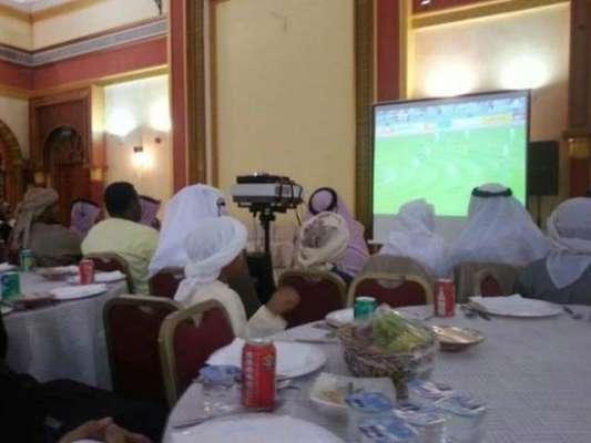 کویت: دلہے نے شادی پر فٹبال میچ دیکھنے کے لئے ہال میں بڑی ٹی وی اسکرین ..
