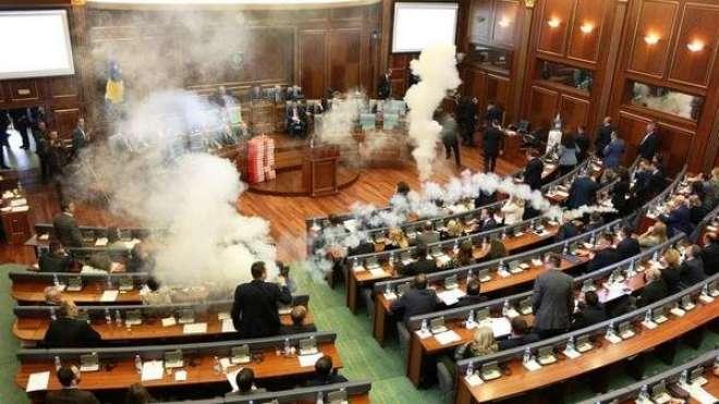یورپی ملک کی پارلیمنٹ میں حزب اختلاف نے آنسو گیس استعمال کر ڈالی