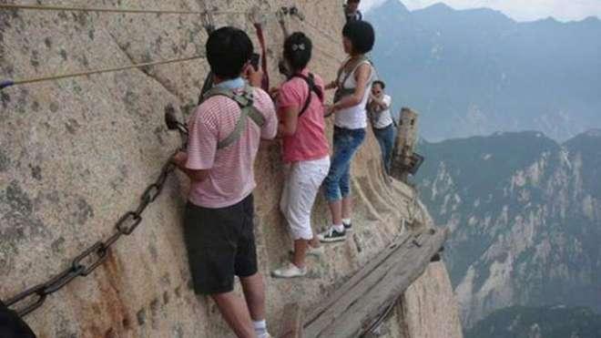 دنیا کا خطرناک ترین راستہ پھر سیاحوں کیلئے کھل گیا