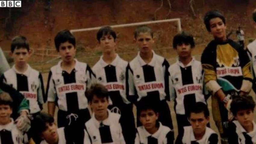 یہاں رونالڈو کو دائیں سے تیسرے نمبر پر دیکھا جا سکتا ہے۔ انھیں 12 سال کی عمر مڈیریا کی نوجوان ٹیم میں لیا گیا تھا
