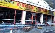 بائیک  شوروم کے ملازمین نے بوریت دور کرنے کے لیے چوہے کی لاش کو جلایا ..