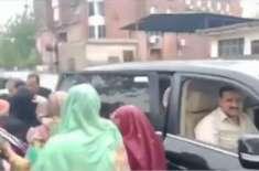 وزیراعلیٰ عثمان بزادر نے بارش میں پھنسے بچوں اور خواتین کو اپنی گاڑی ..