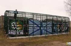 پولینڈ کے فٹ بال کے شائقین کو پنجروں میں بند کر کے میچ دیکھنے پر مجبور ..