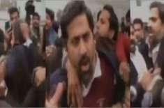 وزیراطلاعات پنجاب پر تشدد کرنیوالے وکیل کی شناخت، گھر پر چھاپہ، گرفتار ..