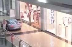 سعودی شہری اپنی گاڑی شاپنگ مال میں لے کر گھُس گیا
