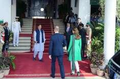 برطانوی جوڑے کا وزیر اعظم ہائوس پہنچنے پر عمران خان نے پرتپاک خیر مقدم ..