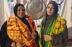 ماہ نور کی اپنی والدہ کے ہمراہ سیہون میں لعل شہباز قلندر کے مزار پر ..