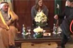 دورہ قطر کے دوران وزیراعظم عمران خان کے ہاتھ میں ''پرچی'' کی نشاندہی