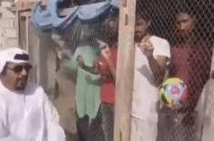 شارجہ: اپنی ٹیم کی حمایت کرنے والے بھارتیوں کو اماراتی نے پنجرے میں ..