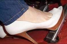 خواتین کے ہیل والے جوتے ٹریفک حادثات کی بڑی وجہ
