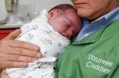 نشے کی لت کے ساتھ پیدا ہونے والے نوزائیدہ بچوں کو بہلانے کے لیے امریکا ..