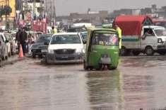 پشاورمیٹروبس منصوبے میں نکاسی آب کا نظام نہ ہونے کے باعث سڑک تالاب ..