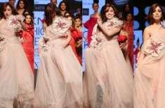 ممبئی، فیشن ویک کے دوران ریمپ پر واک کرتے بالی ووڈ اداکارہ یامی گوتم ..
