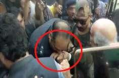 خورشید شاہ کے ہاتھ کو بوسہ دینا ٹریفک سارجنٹ کو مہنگا پڑ گیا