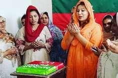 وہاڑی میں پاکستان تحریک انصاف کے 23ویں یوم تاسیس کا کیک کاٹا گیا