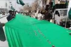 یوم پاکستان پر نوجوانوں نے 300 میٹر لمبا پرچم تیار کر لیا