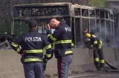 اٹلی میں بس ڈرائیور نے سکول کی بس اغواءکرکے آگ لگادی