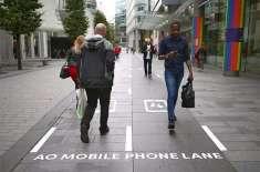 پیدل چلتے موبائل فون استعمال کرنیوالوں کیلئے الگ سڑک