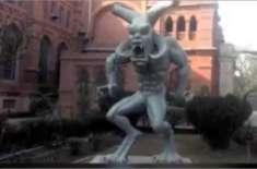 لاہور میوزیم کے باہر رکھے گئے شیطانی مجسمے کے خالق نے تمام اعتراضات ..
