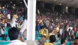 کراچی کے نیشنل اسٹیڈیم میں شائقین کرکٹ کی ایک دوسرے پر بوتلوں کی بارش