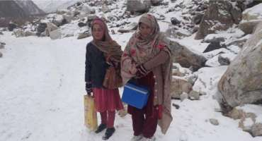 شدید برفباری میں بھی ڈیوٹی نبھانے والی پولیو ورکرز کی تصاویر وائرل