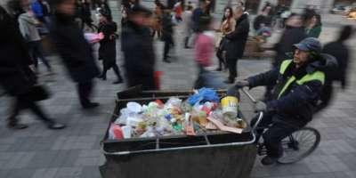 چینی خاکروب اپنی کمائی کا زیادہ حصہ غریب بچوں کے لیے عطیہ کر دیتا ہے