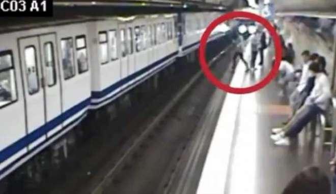 فون میں مصروف  خاتون، چلتی ہوئی ریل کے سامنے گر گئی ۔ ویڈیو وائرل
