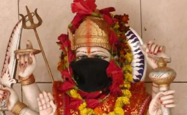 زہریلی ہوا سے بچانے کے  لیے بھارت  میں  بھگوانوں کو بھی ماسک پہنا دئیے ..